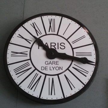 Horloge de décoration en bois