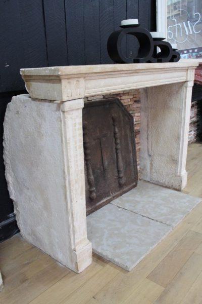 ancienne cheminée en pierre style Louis XVI