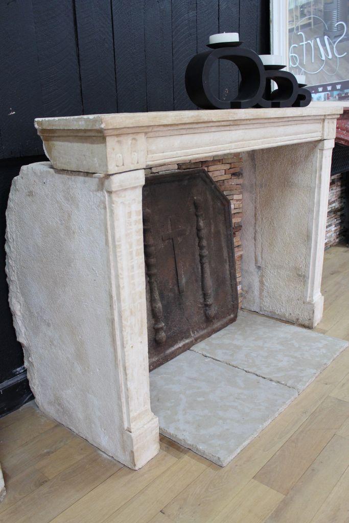 <div class='infos_produit'><span class='nom_produit'>Cheminée en pierre calcaire style Louis XVI</span><span class='favori_produit' id='13205' est_favori='0'><span class='etoile'></span>Ajouter à vos favoris</span></div>