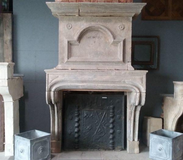 Cheminée ancienne en pierre de Bourgogne Louis XIV