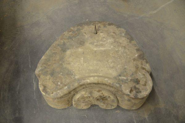 socle ancien de statue en pierre