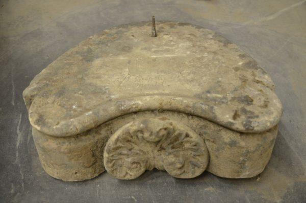 Ancien socle de statue en pierre
