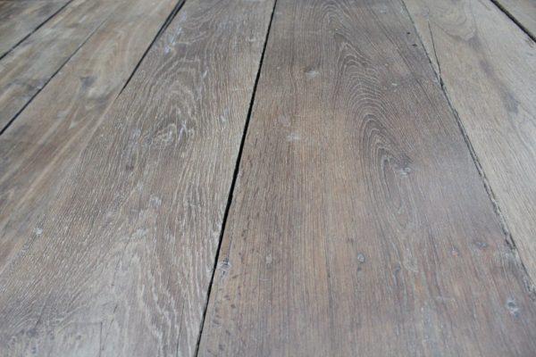 Détails et zoom sur le plancher ancien en chêne