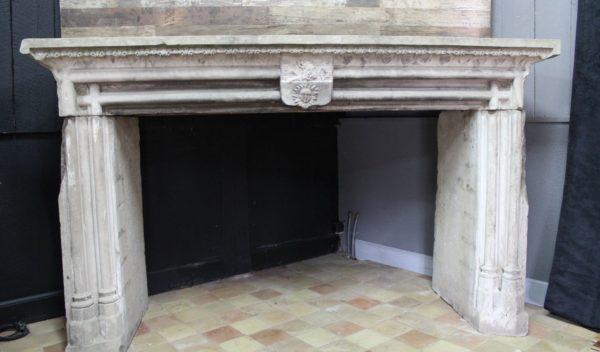 cheminée ancienne en grès avec ornements