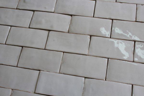 Brique ancienne blanche en terre cuite émaillée