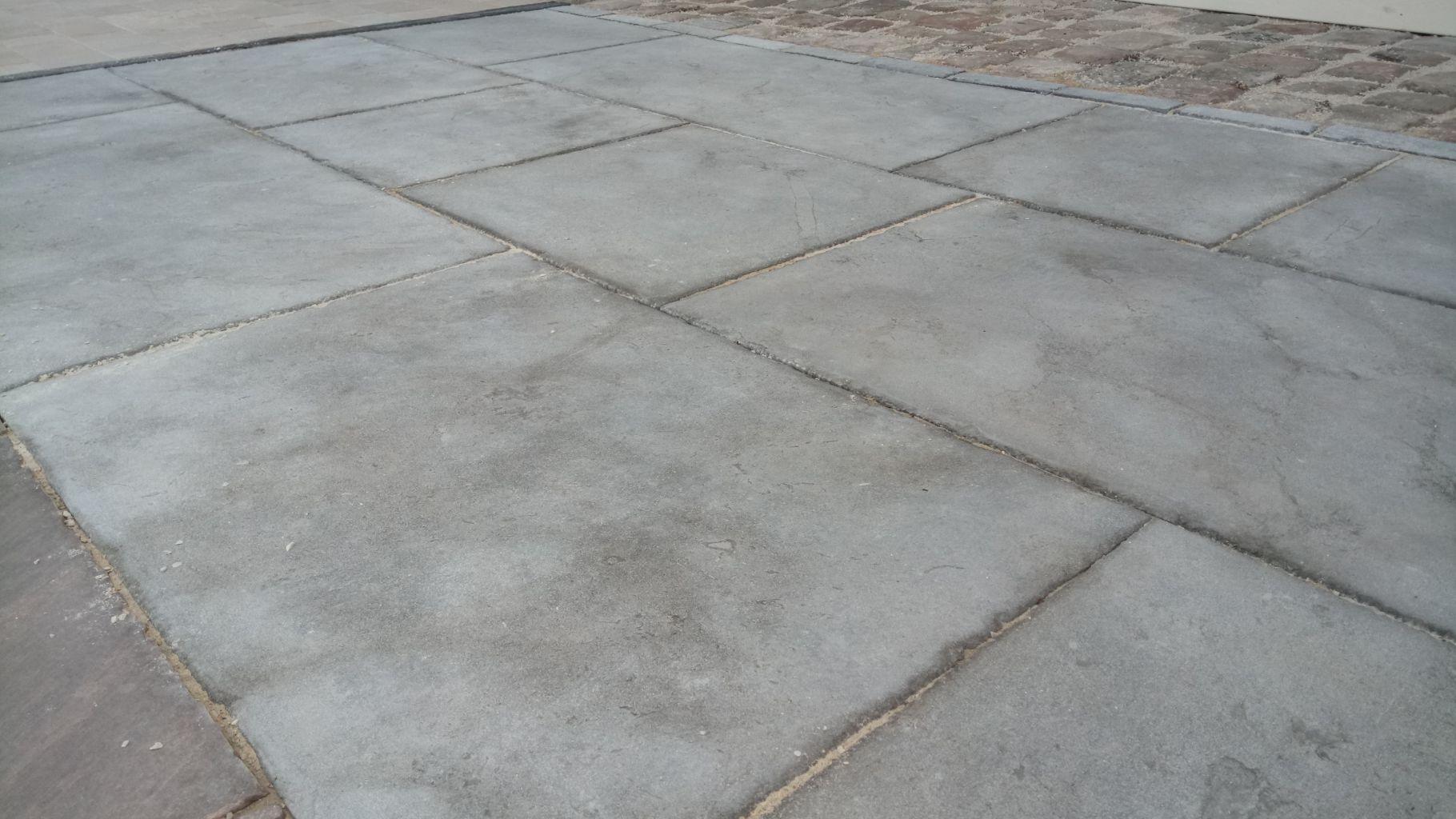 Dallage zahra gris en pierre naturelle bca mat riaux anciens for Dalle jardin gris