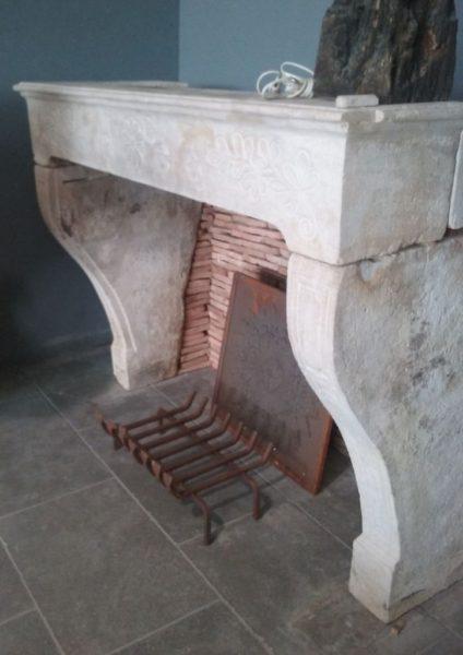 Cheminée ancienne en pierre