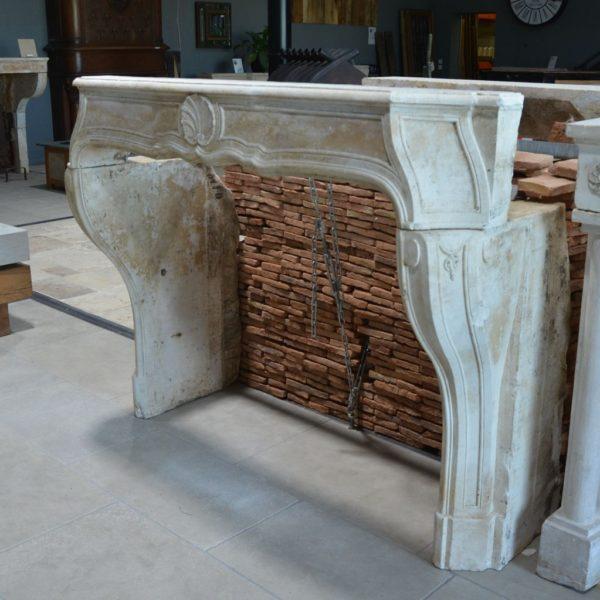 Cheminée en pierre calcaire ancienne Louis XIV
