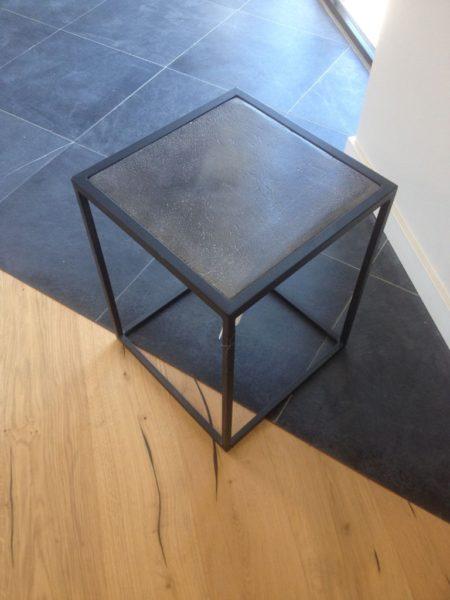 Table de chevet en fer forgé et plateau pierre