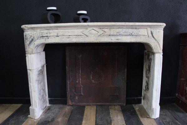 Cheminée ancienne en pierre calcaire style campagnarde