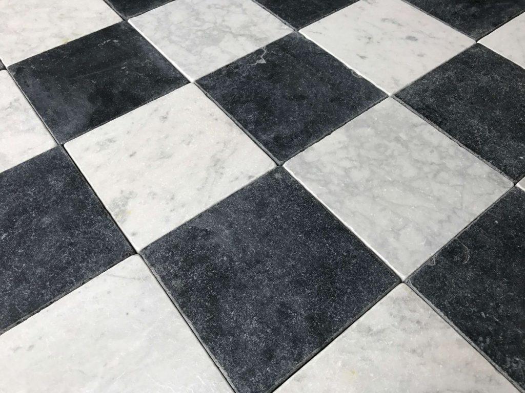 carreaux marbre vieilli damier noir et blanc bca mat riaux anciens. Black Bedroom Furniture Sets. Home Design Ideas