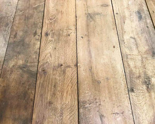 Plancher ancien avec rainures et languettes