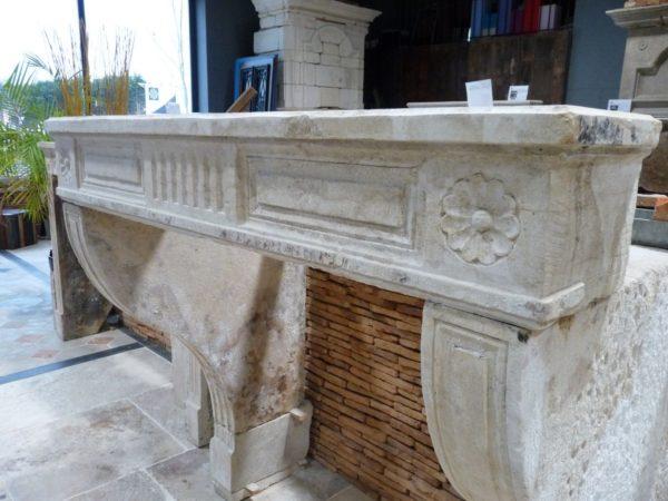 Cheminée ancienne en pierre calcaire style Louis XIV