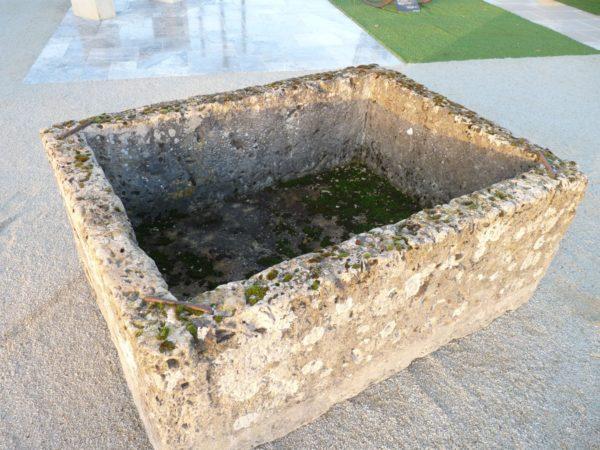 Bac ancien en pierre calcaire ancienne