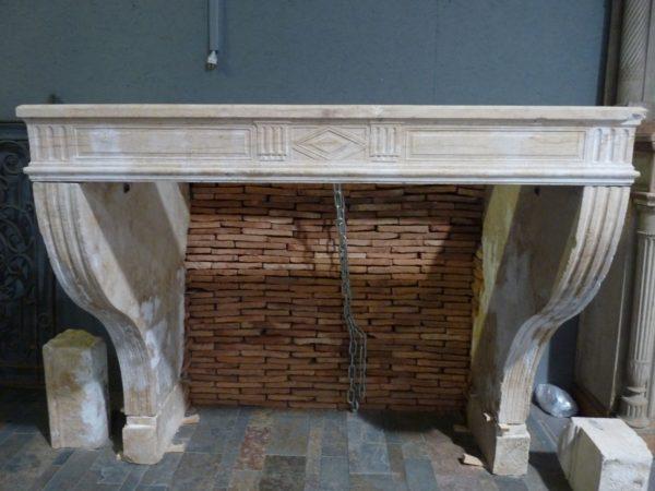 Cheminée ancienne en pierre calcaire style Louis XIII