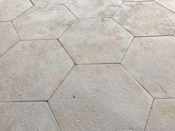 Dallage patrimoine hexagonal en pierre calcaire