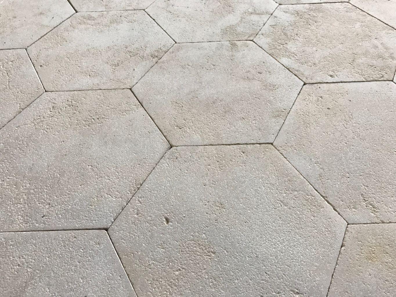 Dallage hexagonal en pierre calcaire pierre naturelle for Carrelage en pierre calcaire