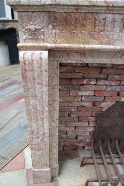 Cheminée ancienne en marbre de couleur pêche