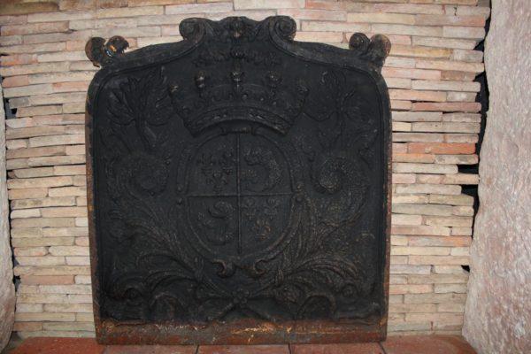 Plaque de cheminée ancienne en fonte avec fleur de lys