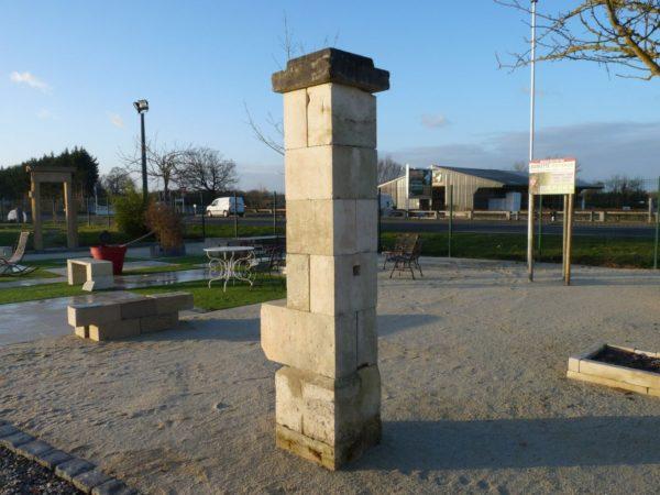 Paire de piliers anciens en pierre calcaire
