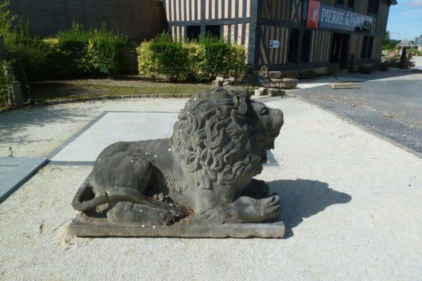lion en pierre , statue