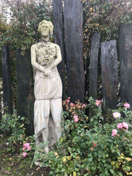 statue ancienne fleurs
