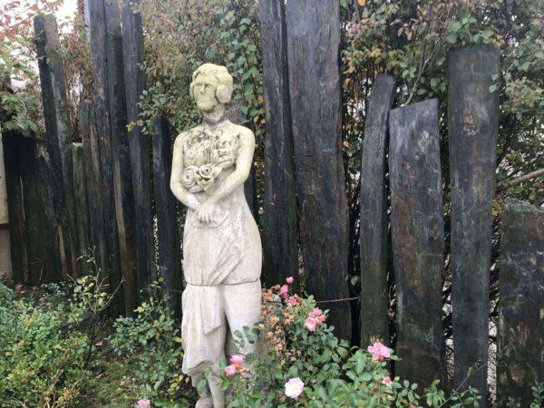 femme de statue de jardin ancienne