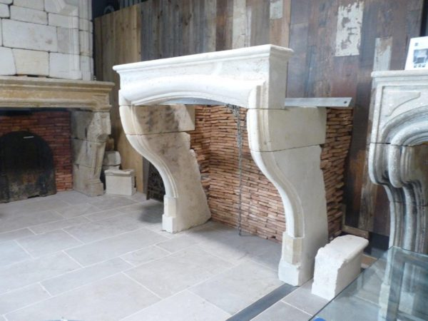 Cheminée ancienne en pierre Louis 14