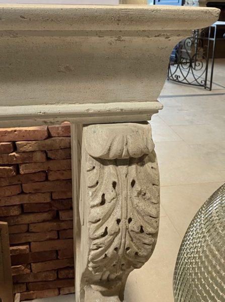 cheminée ancienne avec feuilles d'acanthe