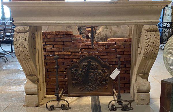 vue de face de la cheminée style Louis XIII