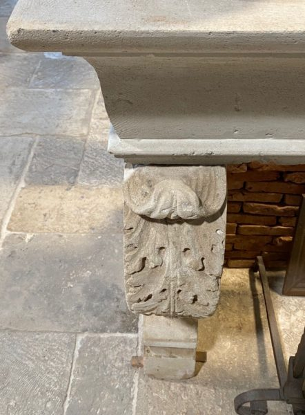 jambe de cheminée en pierre calcaire