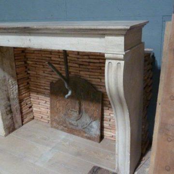 Ancienne cheminée campagnarde en pierre