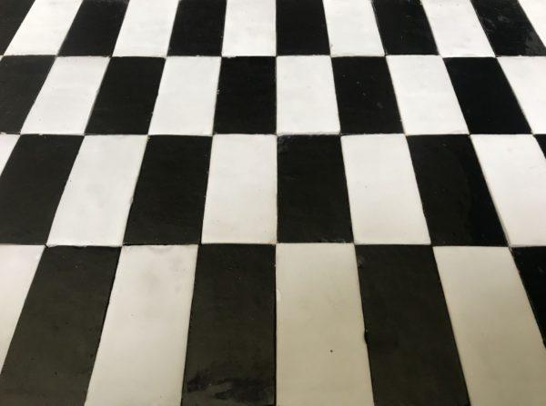 damier noir et blanc en terre cuite émaillée