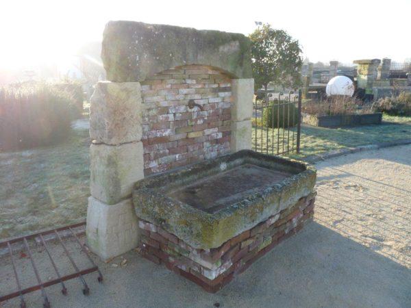 bac en pierre et fontaine ancienne