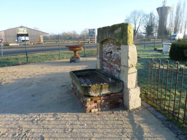 bac et fontaine ancienne en pierre