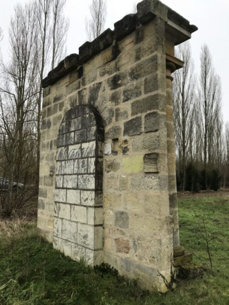 ancienne fontaine en pierre