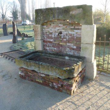 fontaine ancienne en pierre et briques anciennes