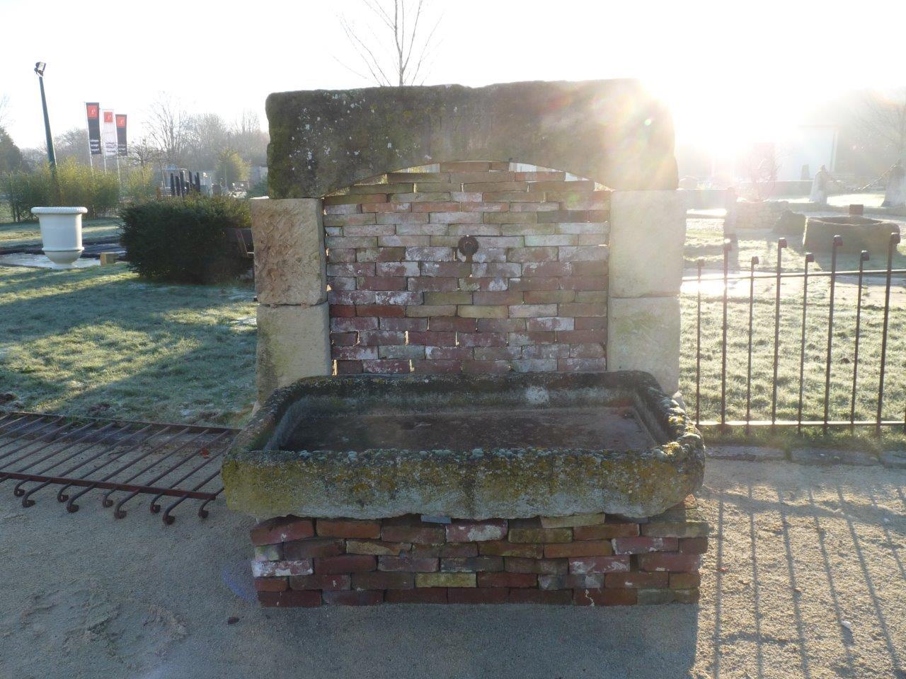 fontaine en pierre avec briques anciennes bca mat riaux anciens. Black Bedroom Furniture Sets. Home Design Ideas
