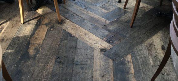 réalisation avec du plancher de wagon en chêne