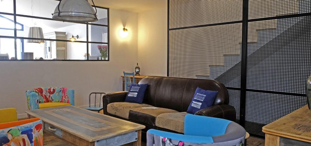salon industriel avec plancher chêne
