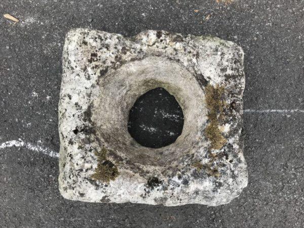 auge ancienne en pierre avec un trou