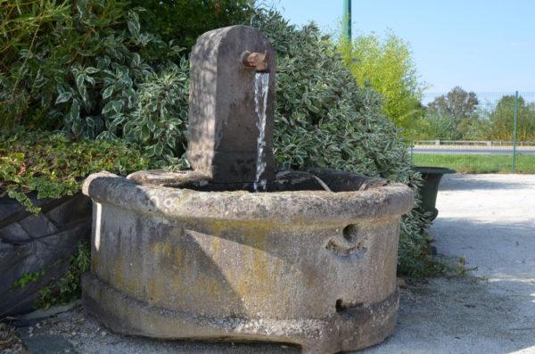 fontaine ancienne en grès