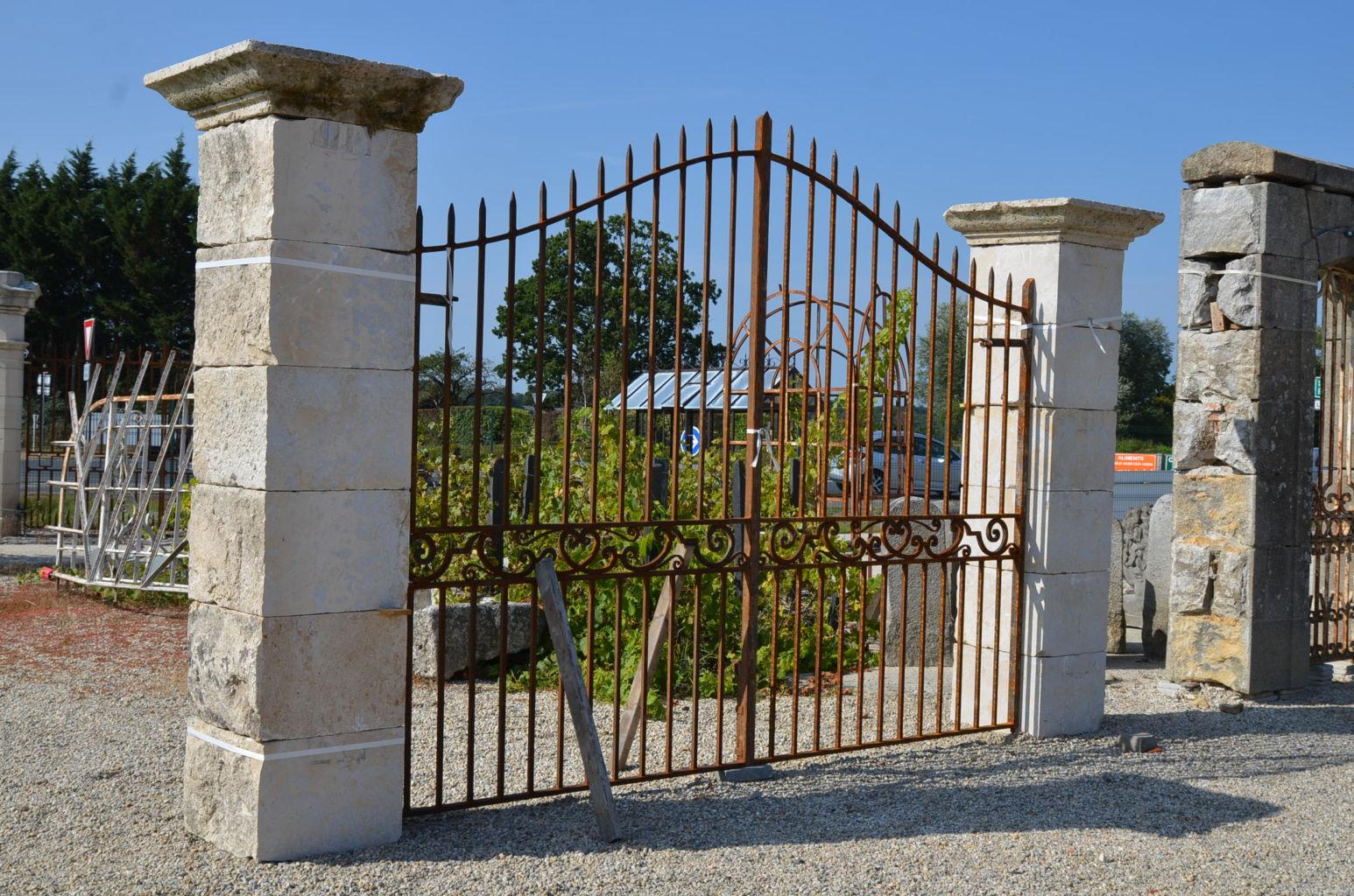 pilier en pierre pour portail hauteur 260 cm bca mat riaux anciens. Black Bedroom Furniture Sets. Home Design Ideas
