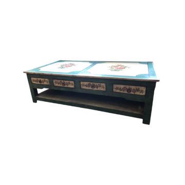 Table basse avec décoration florale