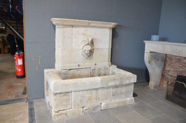 fontaine avec tete ange style ancien pierre calcaire