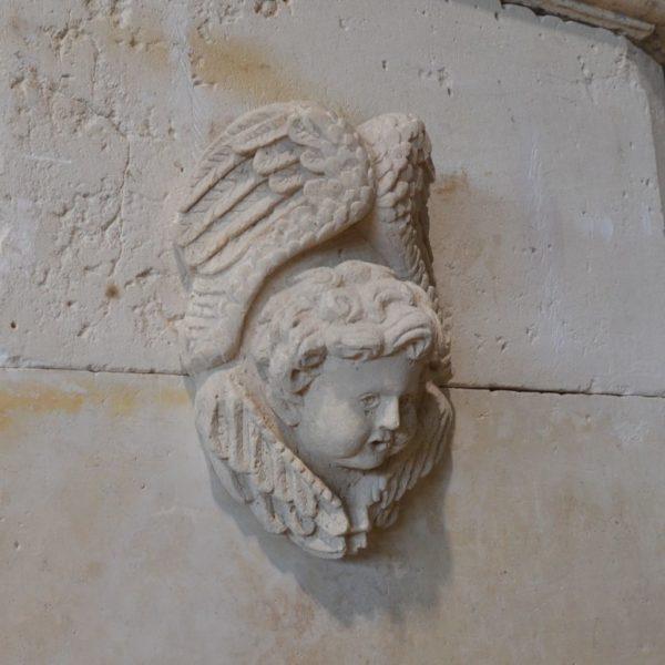tête d'ange sculpté sur pierre calcaire