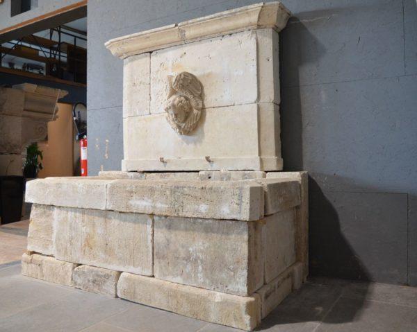 fontaine avec tete d'ange ancienne