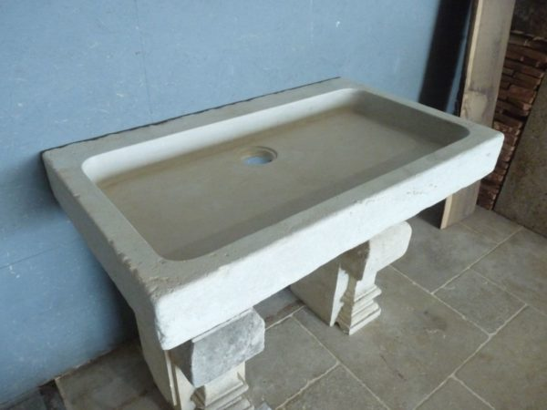 Grand évier en pierre vieillie