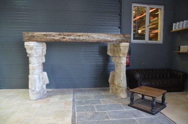 cheminé en pierre et linteau en bois