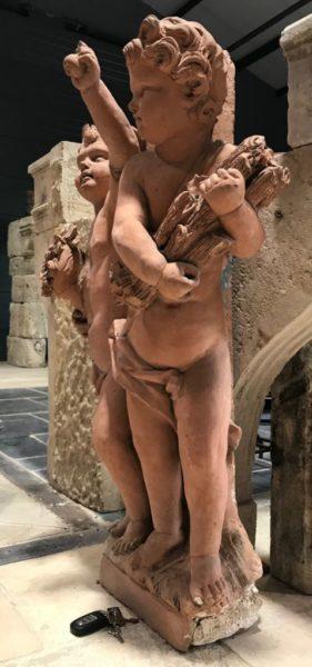 statuette en terre cuite de cherubins putti